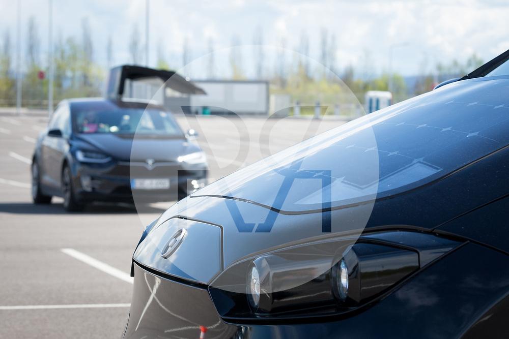 SCHWEIZ - BASEL - Das Elektroauto Sion von Sono Motors (vorne), hat Solarzellen in der Karosserie und tankt Sonnenenergie, hinten ein Tesla X - 13. April 2018 © Raphael Hünerfauth - http://huenerfauth.ch