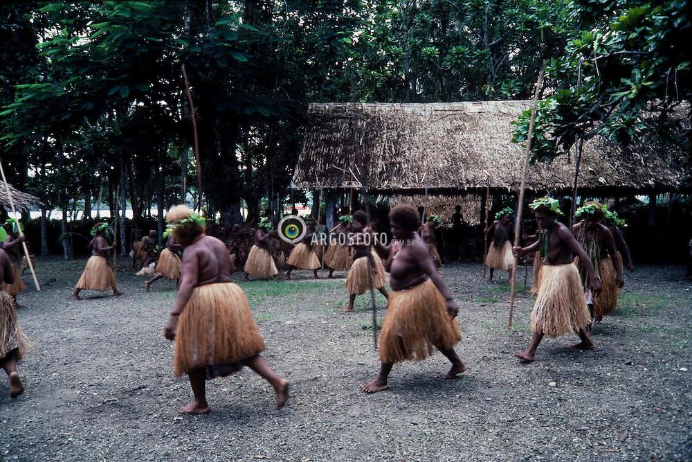 As Ilhas Salomao sao um pais no oceano Pacifico, na Melanesia, situados no arquipelago de mesmo nome. Sua capital eh Honiara.Tem fronteiras maritimas com a Papua-Nova Guine, a norte e oeste, com Nauru, a nordeste, e com Vanuatu, a sul. /The Solomon Islands is a country in Melanesia, east of Papua New Guinea, consisting of nearly one thousand islands.