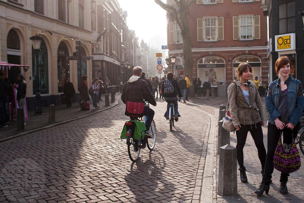 Twee meisjes wachten bij de Servetstraat in Utrecht.<br /> <br /> Two girls are waiting at the Servetstraat in Utrecht.