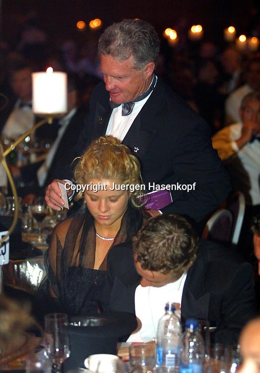 Sport,Tennis,Hopman Cup in Perth,Australien,Mixed<br /> Doubles WM, Lleyton Hewitt und Freundin Kim Clijsters beim Silvester Ball , unterschreibt Ersteigerungsvertrag, 31.12.2001.