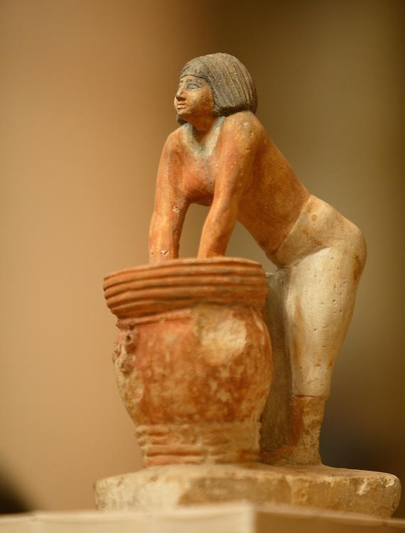 Det egyptiske museum. Midan at-Tahrir heter museet pegyptisk. Malt limsteinstatue av en kvinne som baker br¯d.