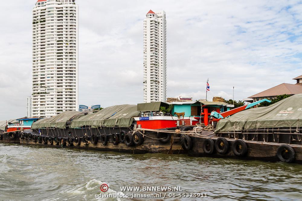 THA/Bangkok/20160729 - Thailand 2016 Bangkok, Goederen boot, duwboot, Chao Phraya rivier
