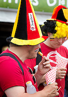 DEN HAAG - Promodorp.  Belgen eten frites. World Cup Hockey 2014 . COPYRIGHT KOEN SUYK