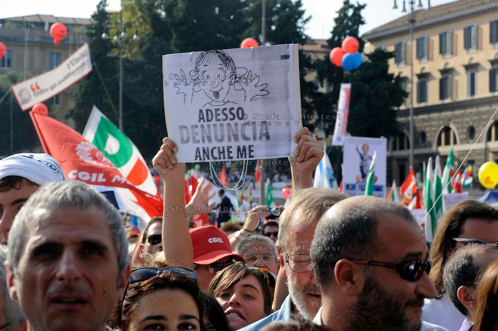 Roma 3 Ottobre 2009.Manifestazione in difesa della libert? di stampa indetta dalla Federazione Nazionale Stampa Italiana (FNSI) a Piazza del Popolo....Rome, October 3, 2009.Demonstration in defense of press freedom organized by the National Federation of the Italian Press (FNSI) at Piazza del Popolo.<br /> The banner reads:'And now sue me'