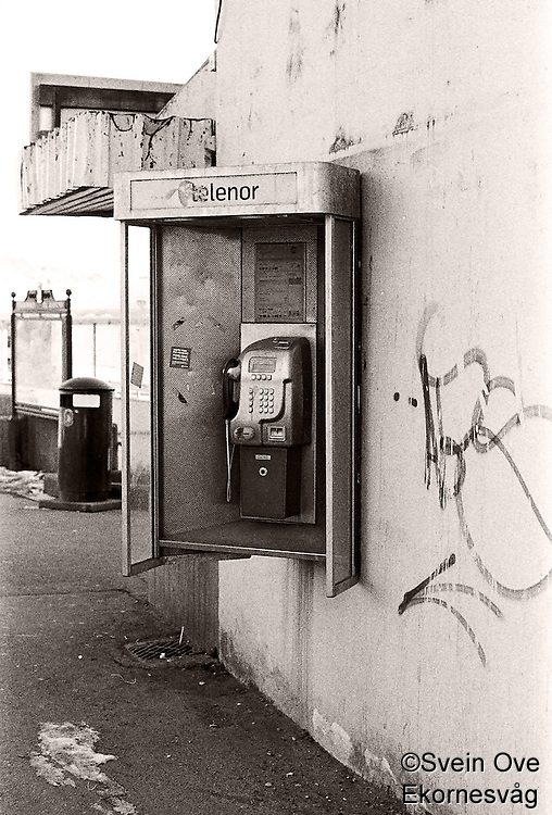 Telefonkiosk på veggen av Rutebilstasjonen i Ålesund.<br /> Foto: Svein Ove Ekornesvåg