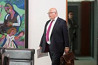 29 AUG 2018, BERLIN/GERMANY:<br /> Peter Altmaier, CDU, Bundeswirtschaftsminister, auf dem Weg zu seinem Platz, vor Beginn der Kabinettsitzung, Bundeskanzleramt<br /> IMAGE: 20180829-01-028<br /> KEYWORDS: Kabinett, Sitzung