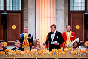 Koning Willem-Alexander en koningin Maxima in het Koninklijk Paleis voor een feestelijk diner met 150 Nederlanders van vijftig jaar die werden uitgenodigd ter gelegenheid van de 50ste verjaardag van de koning. <br /> <br /> King Willem-Alexander and Queen Maxima attend the Royal Palace for a festive dinner with 150 Dutchmen of fifty years who were invited on the occasion of the 50th anniversary of the king.