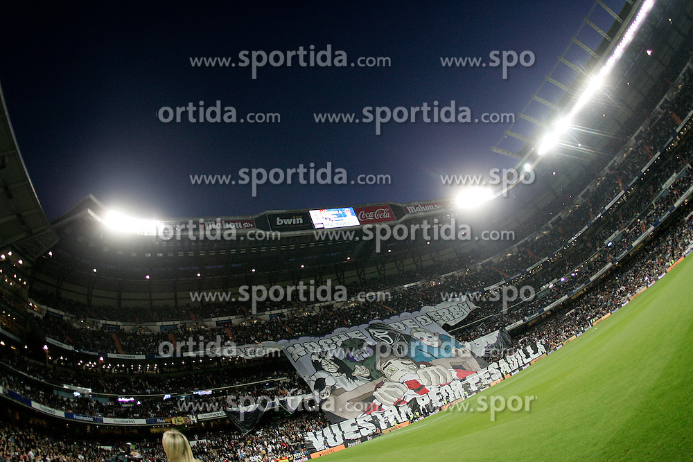 28.03.2010, Estadio Santiago Bernabeu, Madrid, ESP, Primera Divison, Real Madrid vs Atletico Madrid, im Bild A giant banner is displayed by Real Madrid's supporters during La Liga match. EXPA Pictures © 2010, PhotoCredit: EXPA/ Alterphotos/ Alvaro Hernandez / SPORTIDA PHOTO AGENCY
