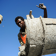 Constructiewerker geeft aanwijzingen bij het storten van beton cement, WK 2010 Zuid Afrika.