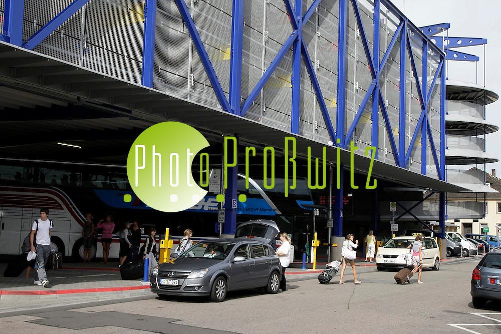 Mannheim. Parkuhaus und Busbahnhof der Mannheimer Parkhausbetriebe. Reisebusse halten hier und transportieren Fahrg&auml;ste innerhalb Europa. <br /> <br /> <br /> Bild: Markus Pro&szlig;witz<br /> <br /> ++++ Archivbilder und weitere Motive finden Sie auch in unserem OnlineArchiv. www.masterpress.org ++++