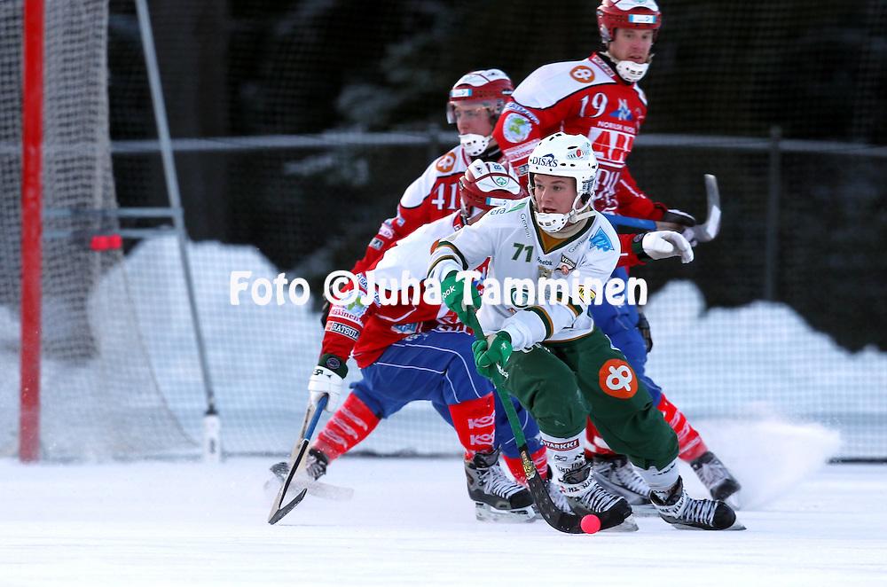 20.1.2013, Pori. .Bandyliiga 2012-13, runkosarja..Narukerä - Veiterä.Tero Määttälä - Veiterä..