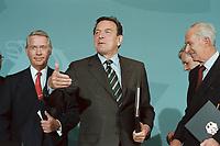 11 JUN 2001, BERLIN/GERMANY:<br /> Ulrich Hartmann (R), Vorstandsvorsitzender der E.ON AG, Gerhard Schroeder (M), SPD, Bundeskanzler, Dietmar Kuhnt (L), Vorstandsvors. RWE AG, nach der Unterzeichnung einer Vereinbarung zwischen der Bundesregierung und den Kernkraftwerksbetreibern zur geordneten Beendigung der Kernenergie, Bundeskanzleramt, Willy-Brand-Strasse<br /> IMAGE: 20010611-03/02-36<br /> KEYWORDS: Energiekonsens, Atomkonsens, Kernkraft, Kernenergie, Konsens, Energieversorgungsunternehmen, Unterschrift, Gerhard Schröder