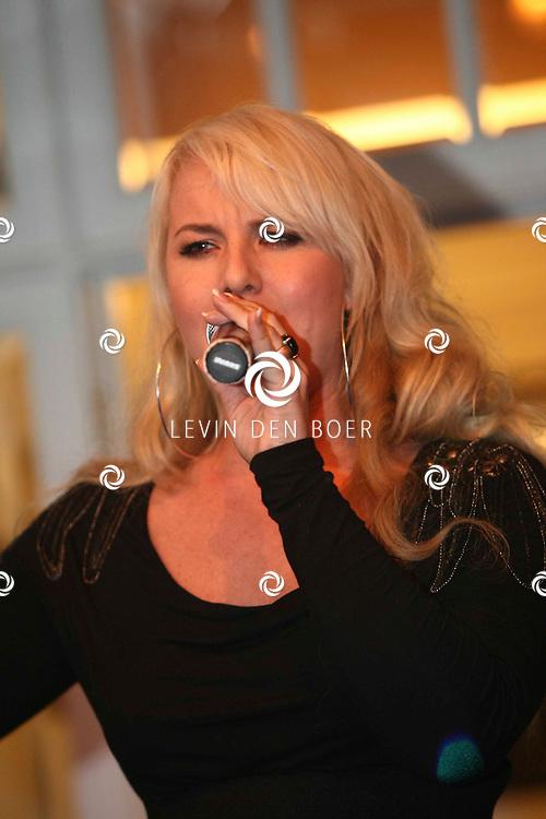 KAATSHEUVEL - Tinello Keuken en Interieur onthulden een unieke match van wonen en mode in de vernieuwde showroom in Kaatsheuvel. Met op de foto zangeres X-Factor Rachel Kramer. FOTO LEVIN DEN BOER - PERSFOTO.NU