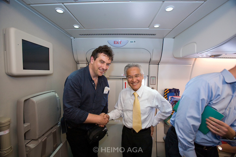 Airbus A380 first commercial flight - Singapore Airlines SQ 380 Singapore-Sydney on October 25, 2007. Heimo Aga (l.) shaking hands with Singapore Airlines CEO Chew Choon Seng.