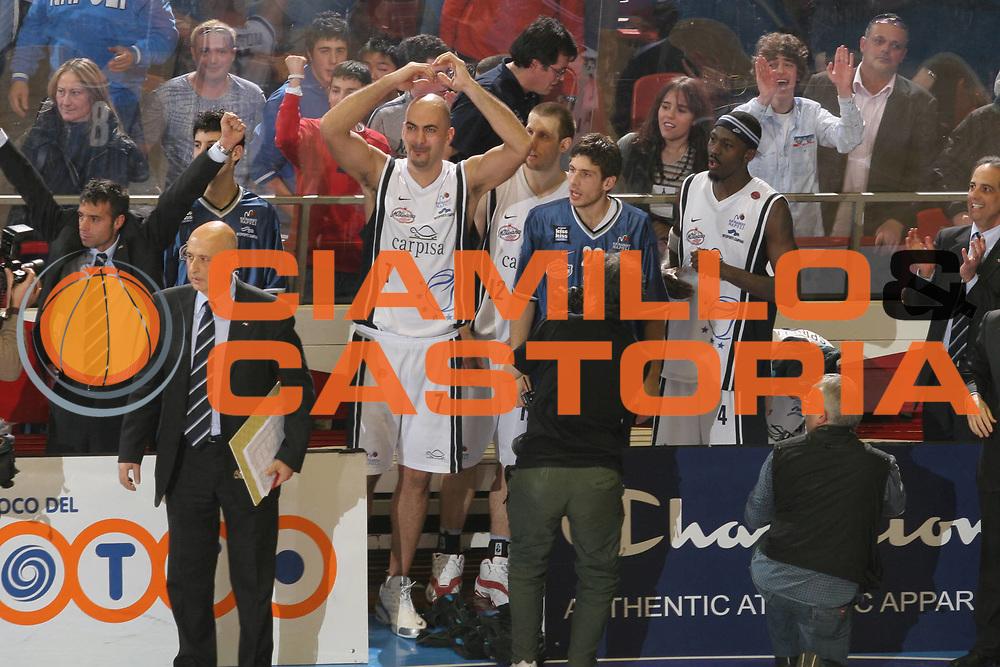 DESCRIZIONE : Forli Lega A1 2005-06 Copps Italia Final Eight Tim Cup Carpisa Napoli Lottomatica Virtus Roma<br />GIOCATORE : Team Carpisa Napoli<br />SQUADRA : Carpisa Napoli<br />EVENTO : Campionato Lega A1 2005-2006 Coppa Italia Final Eight Tim Cup Finale<br />GARA : Carpisa Napoli Lottomatica Virtus Roma<br />DATA : 19/02/2006<br />CATEGORIA : Esultanza<br />SPORT : Pallacanestro<br />AUTORE : Agenzia Ciamillo-Castoria/G.Ciamillo