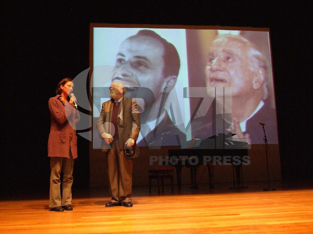 SÃO PAULO,SP,02 DE JULHO DE 2009 - INAUGURAÇÃO DO ACERVO DOADO POR KARIN RODRIGUES AO SESC SP - O SESC Pinheiros completa a homenagem ao ator Paulo Autran  (1922-2007),  iniciada em 2007, quando  o Teatro  do  SESC  Pinheiros  recebeu  o  nome  de Teatro  Paulo Autran,  em  reconhecimento  a  inestimável contribuição do  ator  às  artes  cênicas. Na foto a diretora Laís Bodansky ao lado do diretor do SESC Danilo Santos de Miranda no SESC Pinheiros na região oeste da capital paulista (FOTO: WILLIAM VOLCOV / BRAZIL PHOTO PRESS