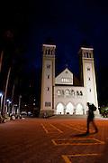 Patrocinio_MG, Brasil...Pessoa em uma praca proxima a uma igreja em Patrocinio...People in the square next to a church in Patrocinio...Foto: MARCUS DESIMONI / NITRO