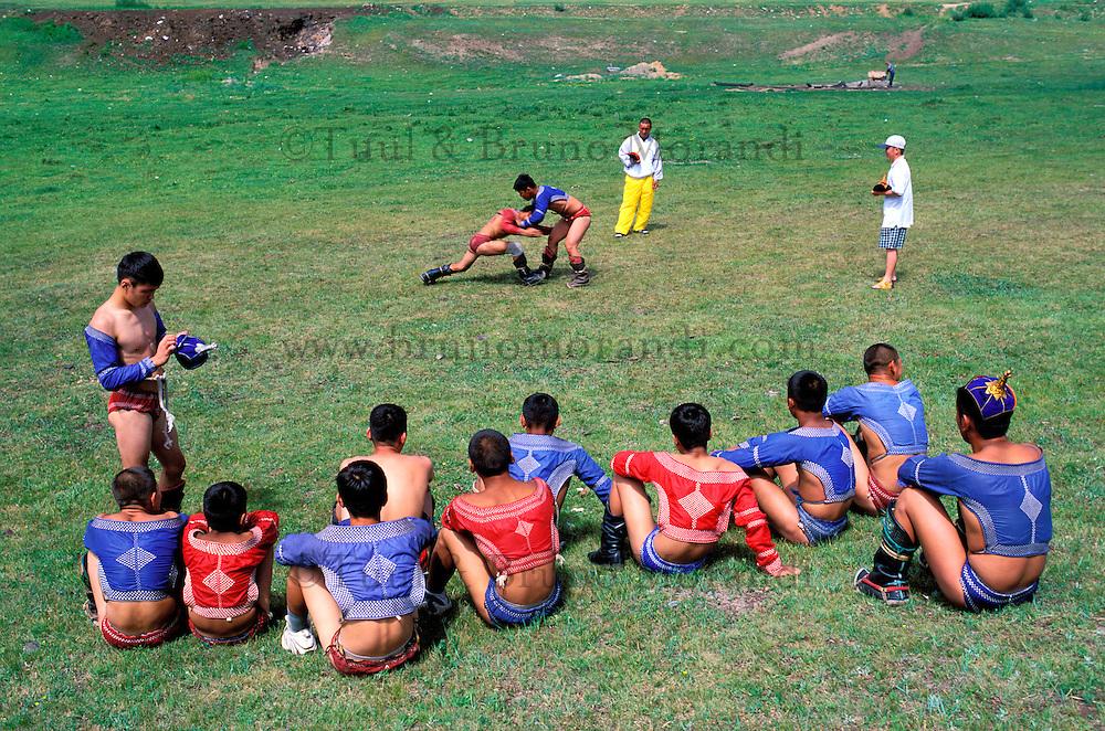 Mongolie, Province de Töv, Ecole de lutte, Preparatifs des fêtes du Naadam // Mongolia, Tov province, wrestling school, training for Naadam festival