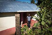 Haïti, Département de la Grand'Anse, commune de Léon. Suite au passage de l'ouragan Matthew en octobre 2016, le CECI a permis à des centaines familles de retourner vivre dans leurs maisons, en réparant leurs toitures endommagées.