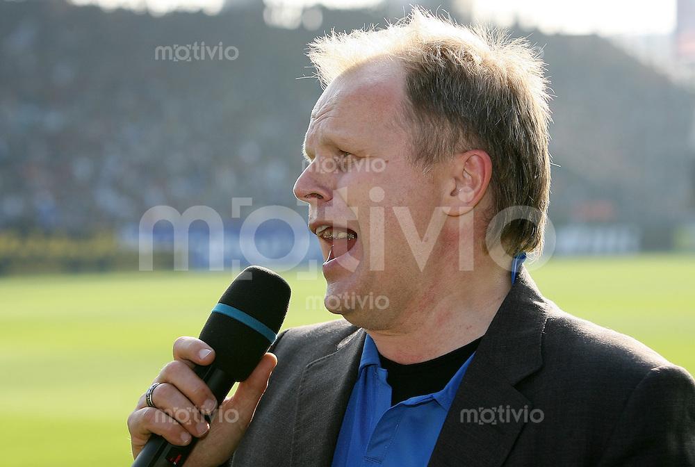 Fussball  1. Bundesliga   Saison 2006/2007    7. Spieltag VfL Bochum - Werder Bremen                 Herbert GROENEMEYER singt im Bochumer Ruhrstadion