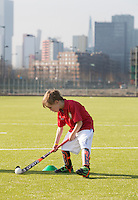 ROTTERDAM ZUID - Tenue van jonge hockeyclub met nieuw veld, tegen de skyline van Rotterdam Zuid., Hockeyclub Feijenoord. COPYRIGHT KOEN SUYK