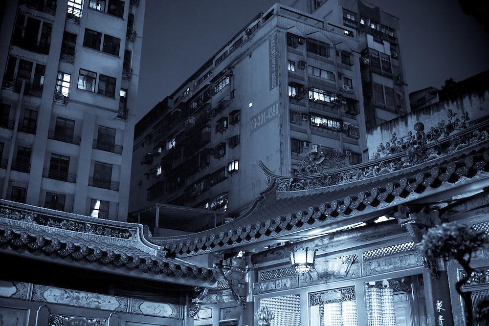 Le temple de Longshan comme la plupart des temples de Taipei est enchassé dans les constructions modernes qui occupent chaque espace disponible. Pourtant la ferveur est réelle et les temples de la capitale taiwanaise représentent le dernier exemple de ce que pouvait être un temple chinois avant la révolution communiste et la fin de l'ancien monde impérial.