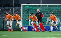 AMSTELVEEN -  uitlopen Bloemendaal  bij strafcorner met bescherming tijdens de play-offs hoofdklasse  heren , Amsterdam-Bloemendaal (0-2).    COPYRIGHT KOEN SUYK