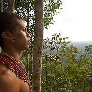 Indien Pataxo qui regarde la mer depuis le Monte Pascual / Indien Pataxo who looks at the sea since a Mont Pascual