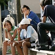 Nederland Rotterdam 11 september 2006 20060911.Hangjeugd zit verveeld op een bankje in de openbare ruimte..Foto David Rozing