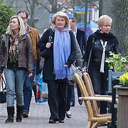 NLD/Laren/20120317 - Ria Valk met vriendinnen aan het winkelen in Laren NH