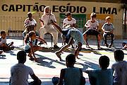 Timoteo_MG, Brasil...A Escola Estadual Capitao Egidio Lima conseguiu refazer seu curriculo, sem ajuda da rede. O grande forte la e a valorizacao da cultura afro-brasileira. Na foto, oficinas de capoeira...The State School Capitao Egidio Lima. The school values the african-Brazilian culture. In this photo, the capoeira...Foto: LEO DRUMOND / NITRO.