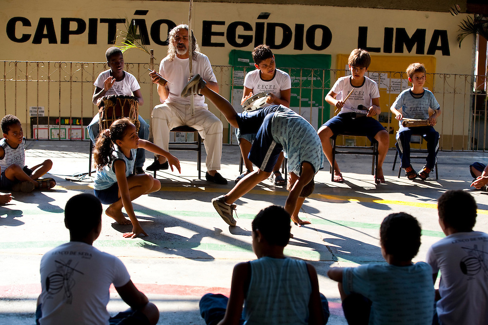 Timoteo_MG, Brasil...A Escola Estadual Capitao Egidio Lima conseguiu refazer seu curriculo, sem ajuda da rede. O grande forte la e a valorizacao da cultura afro-brasileira. Na foto, oficinas de capoeira...The State School Capitao Egidio Lima. The school values the african-Brazilian culture. In this photo, the capoeira...Foto: LEO DRUMOND / NITRO.