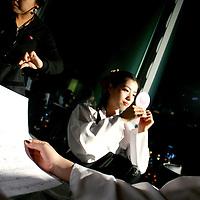 SEOUL, Oct. 25, 2006: ein Mitglied  der Nordkoreanischen Popband betrachtet sich im Spiegel vor dem Aufnahmestudio in einem Fernsehsender. Die 5 Maedchen wurden von einem Manager im Trainingszentrum fuer Nordkoreanische Fluechtlinge in Seoul entdeckt. der Manager hofft nun, die Maedchen landesweit bekannt zu machen.