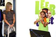 Koningin Maxima brengt werkbezoek aan Instrumentendepot in Amsterdam. Het bezoek vindt plaats in het kader van muziekonderwijs op de basisschool. <br /> <br /> Queen Maxima pays a working visit to Instrument Depot in Amsterdam. The visit takes place in the context of music education in elementary school.<br /> <br /> Op de foto:  Koningin Maxima overhandigt als erevoorzitter van het Platform Ambassadeurs Muziekonderwijs, de Amalia-viool aan Sanne Wiering  ////  Queen Maxima hands as honorary chairman of the Platform Ambassadors Music, the Amalia violin Sanne Wiering