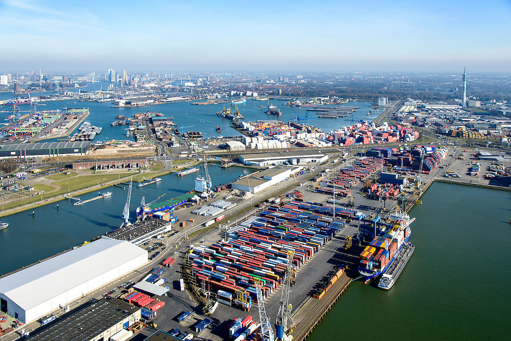 Nederland, Zuid-Holland, Rotterdam, 18-02-2015. Stadshavens, Prinses Beatrixhaven (Eemhaven). Shortsea hub, overslag van containers. Waalhaven in de achtergrond.<br /> City harbours,  short sea hub with container terminals.<br /> luchtfoto (toeslag op standard tarieven);<br /> aerial photo (additional fee required);<br /> copyright foto/photo Siebe Swart