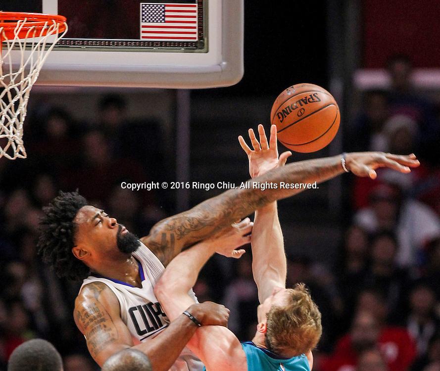 1月9日,洛杉矶快船队德安德鲁 - 乔丹在比賽中防守夏洛特黄蜂队科迪泽勒投籃。 当日,在2015-2016赛季NBA常规赛中,洛杉矶快船队主场以97比83战胜夏洛特黄蜂队。林书豪攻下全場最高26分。 新華社發 (趙漢榮攝)<br /> Charlotte Hornets Cody Zeller goes up against Los Angeles Clippers DeAndre Jordan during the NBA basketball game in Los Angeles, the United States, Jan. 9, 2016. Los Angeles Clippers won 97-83. (Xinhua/Zhao Hanrong)(Photo by Ringo Chiu/PHOTOFORMULA.com)<br /> <br /> Usage Notes: This content is intended for editorial use only. For other uses, additional clearances may be required.