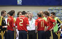 Fussball  International  FIFA  FUTSAL WM 2008   03.10.2008 Vorrunde Gruppe D Libya - Spain Lybien - Spanien Der spanische Trainer Venancio LOPEZ (ESP) gibt waehrend einer Auszeit seinen Spielern Anweisungen.