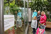 """Mannheim. 02.01.18   <br /> Luisenpark. Feature im Pflanzenschauhaus. Viele Besucher, darunter Familien, nutzen die """"Freien Tage"""" nach Weihnachten und Neujahr für einen Besuch im Luisenpark.<br /> - Familie Bartholomä aus Schifferstadt. <br /> - v.l. Leana, Thorsten, Luisa und Lorena<br /> Bild: Markus Prosswitz 02JAN18 / masterpress (Bild ist honorarpflichtig - No Model Release!) <br /> BILD- ID 00443  """