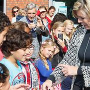 NLD/de Meern/20151009 - Voorleesactie prinses Laurentien + Jan Terlouw boek 'Kapsones', kinderen bewonderen vest van bierlipjes van Laurentien