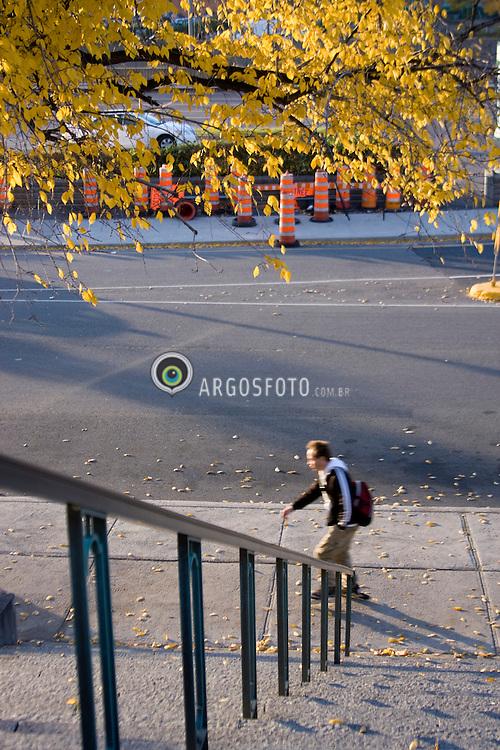Rapaz caminhando na Velha Montreal, Canada / Young man walking in Old Montreal, Canada