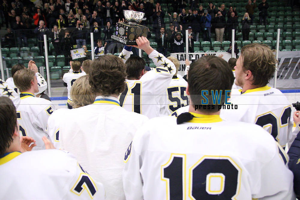 2018-04-02 | Nyk&ouml;ping, Sweden: HV71 celebrates the SM gold with the trophy during the game between V&auml;xj&ouml; and HV71 at Nyk&ouml;pings Arenor ( Photo by: Fredrik Sten | Swe Press Photo )<br /> <br /> Keywords: Icehockey, Nyk&ouml;pings Arenor, Nyk&ouml;ping, J20, V&auml;xj&ouml;, HV71, playoffs, playoff, gold, gold-game, Junior, SM, JSM, Junior-SM, goldmedal, medal