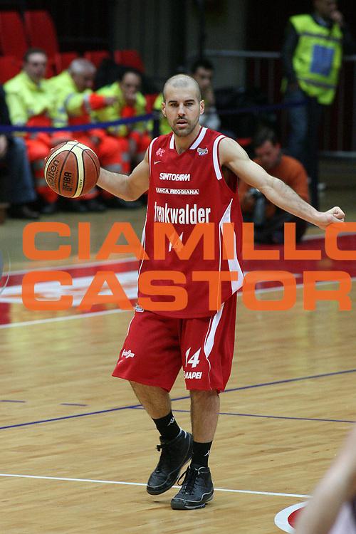DESCRIZIONE : Livorno Lega A2 2008-09 Energetic Basket Livorno Trenkwalder Reggio Emilia<br /> GIOCATORE : Carra Marco<br /> SQUADRA : Trenkwalder Reggio Emilia<br /> EVENTO : Campionato Lega A2 2008-2009<br /> GARA : Energetic Basket Livorno Trenkwalder Reggio Emilia<br /> DATA : 26/04/2009<br /> CATEGORIA : Palleggio<br /> SPORT : Pallacanestro<br /> AUTORE : Agenzia Ciamillo-Castoria/Stefano D'Errico