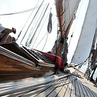 Lanc&eacute; en 1896, soit deux ans avant le c&eacute;l&egrave;bre &quot;Pen Duick&quot; d'Eric Tabarly, NAN fait partie des nombreux yachts construits par la famille FIFE.<br /> C'est William Fife, dit FIFE Junior (1857-1944) qui, &agrave; la t&ecirc;te de l'entreprise familiale en 1885, assura la conception et la r&eacute;alisation de NAN &agrave; Fairlie, petit port Ecossais situ&eacute; &agrave; une quarantaine de kilom&egrave;tres de Glasgow.<br /> NAN a &eacute;t&eacute; command&eacute; par Thomas Burrowes, un irlandais d&eacute;j&agrave; propri&eacute;taire de plusieurs voiliers. NAN est le fr&egrave;re a&icirc;n&eacute; des fabuleux yachts dessin&eacute;s par William Fife Junior et le plus ancien plan Fife naviguant &agrave; ce jour.