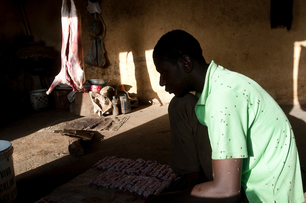 A local butcher prepares a goat to sell the meat in the market..Kaédi, Mauritanie. 12/03/2011..Photo © J.B. Russell