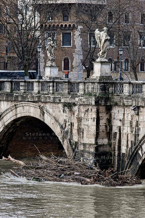 &nbsp;Roma 3 Febbraio 2014<br /> Una veduta del fiume Tevere durantela piena, detriti sotto Ponte Sant'Angelo. <br /> Roma &egrave; stata una delle citt&agrave; pi&ugrave; colpite da un'ondata di pioggia torrenziale che ha provocato numerosi allagamenti in vari quartieri della citt&agrave;.<br /> Rome, Italy. 3st February 2014<br /> A view of the Tevere River during the flood, debris under Ponte Sant'AngeloRome has been one of the cities worst hit by a wave of torrential rain, that caused flooding in several different neighborhoods of the city.