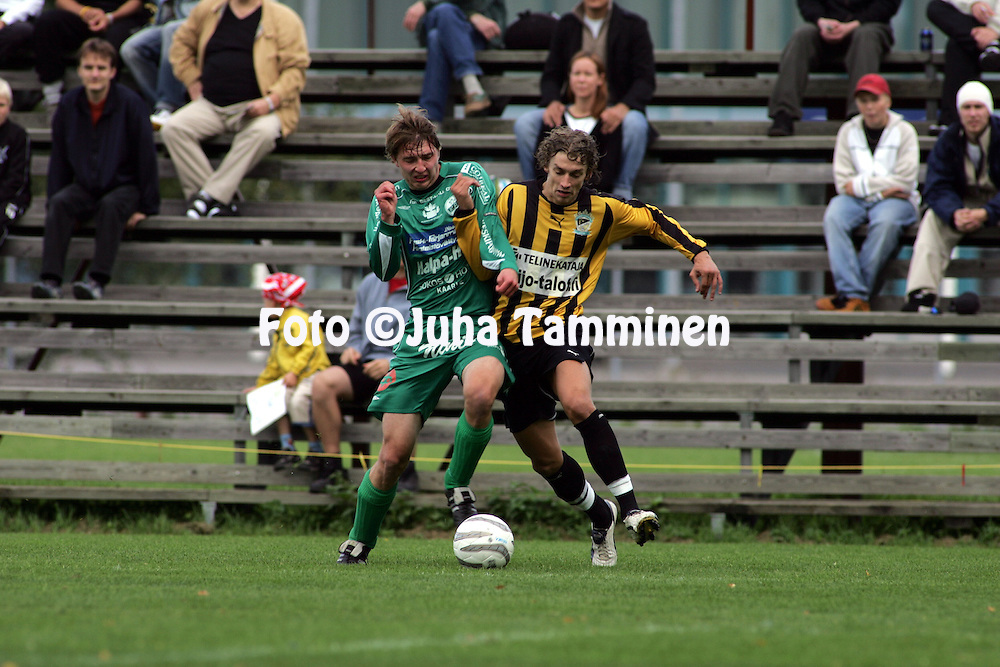 27.08.2005, Tapiola, Espoo, Finland..Ykk?nen, FC Honka v Kokkolan Pallo-Veikot.Roni Porokara (Honka) v Janne Suutari (KPV).©Juha Tamminen.....ARK:k