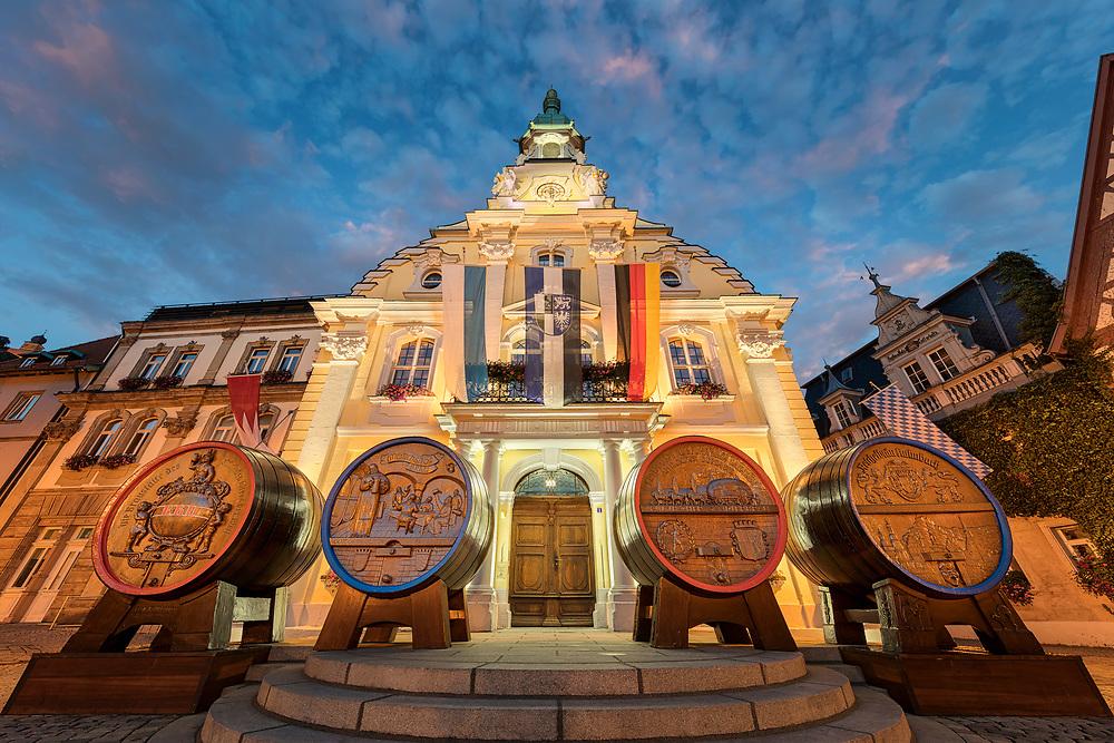 Zur Kulmbacher Bierwoche werden vor dem Rathaus vier Fässer aufgestellt. Jedes Fass steht für eine Brauerei.