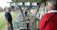 UITHOORN - clubfitter en golfleraar Water Bouckaert geeft instructie en uitleg bij Amstelhof Golf. Copyright Koen Suyk