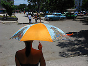 Kuba Havanna Schirm Sonnenschirm Wetter Sonne Sonnenschutz umbrella parasol Cuba..From the series 'Umbrellas' © Stefan Falke.