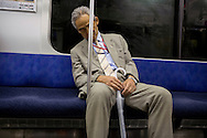 Man sover på tunnelbanan, Tokyo, Japan